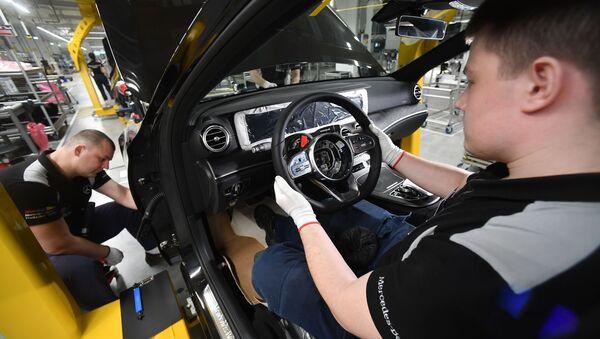 Сотрудники в цехе завода по производству легковых автомобилей Mercedes-Benz концерна Daimler в Московской области - Sputnik Абхазия