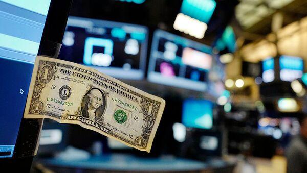 Долларовая купюра прикреплена к монитору компьютера трейдера на Ньюркской фондовой бирже - Sputnik Абхазия