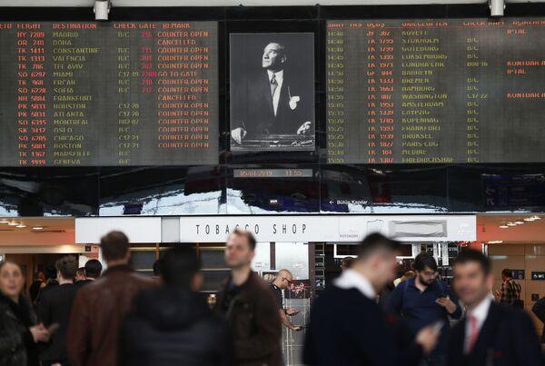 Изображение Мустафы Кемаля Ататюрка, основателя современной Турции, между информационными табло в международном аэропорту имени Ататюрка в Стамбуле. - Sputnik Абхазия