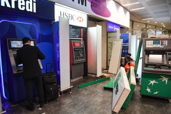 Рабочие демонтируют банкоматы в пустом зале, в последний день выполнения полетов международного аэропорта имени Ататюрка поздно вечером 5 апреля 2019 года в Стамбуле. - Sputnik Абхазия