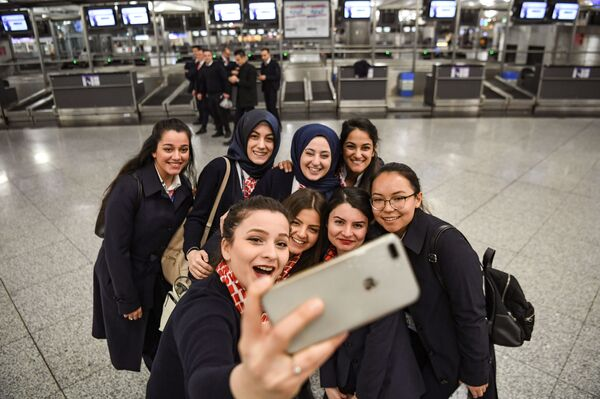 Сотрудники аэропорта снимают селфи в последний день выполнения полетов международного аэропорта имени Ататюрка поздно вечером 5 апреля 2019 года в Стамбуле. - Sputnik Абхазия
