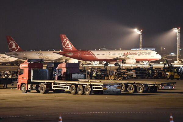 Рабочие вывозят последнее оборудование в последний день выполнения полетов международного аэропорта имени Ататюрка поздно вечером 5 апреля 2019 года в Стамбуле. - Sputnik Абхазия