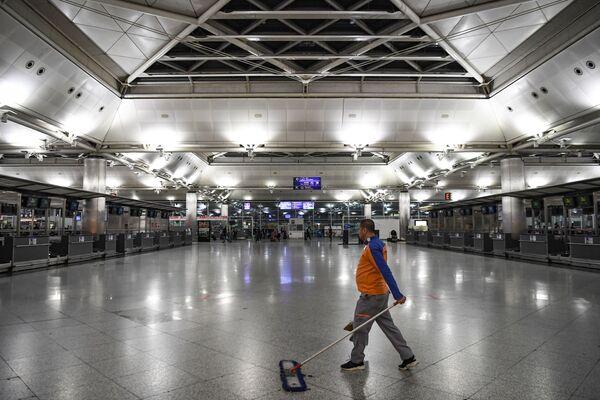 Уборка в зале в последний день выполнения полетов международного аэропорта имени Ататюрка поздно вечером 5 апреля 2019 года в Стамбуле. - Sputnik Абхазия