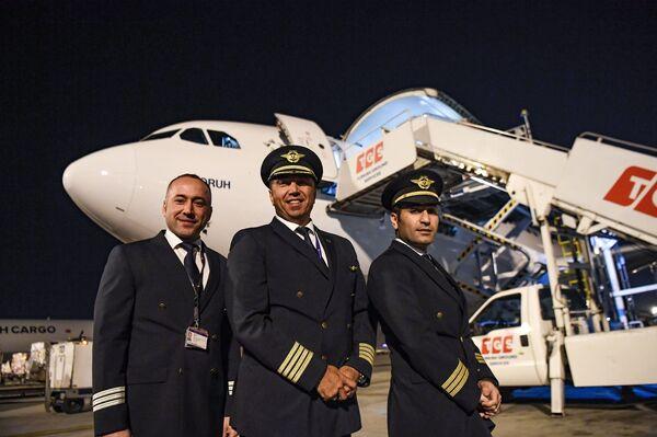 Пилоты позируют перед грузовым самолетом в последний день выполнения полетов международного аэропорта имени Ататюрка поздно вечером 5 апреля 2019 года в Стамбуле. - Sputnik Абхазия