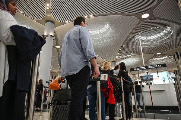 Паспортный контроль пассажиров в новом международном аэропорту Стамбул в Стамбуле. - Sputnik Абхазия