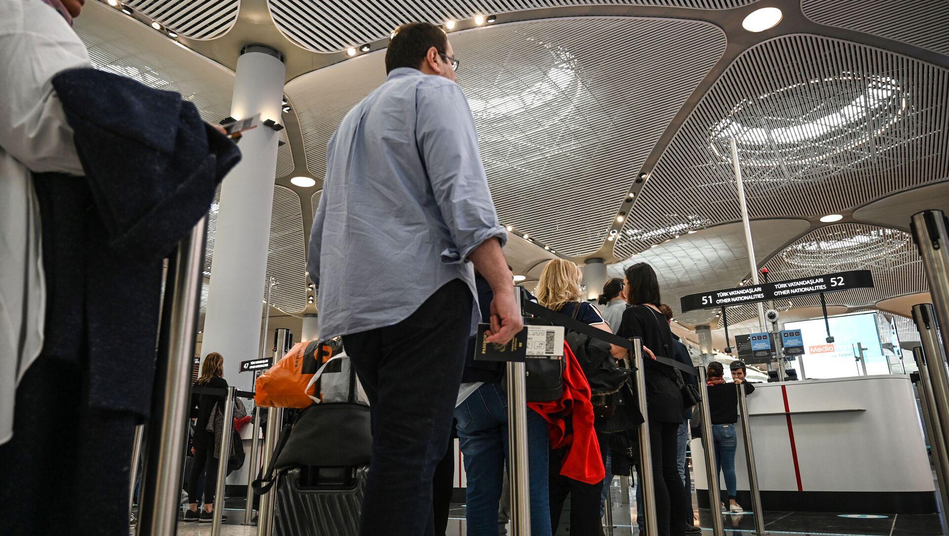 Паспортный контроль пассажиров в новом международном аэропорту Стамбул, в Стамбуле - Sputnik Абхазия, 1920, 09.09.2021