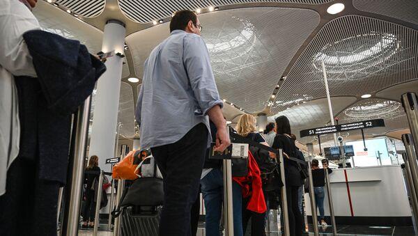 Паспортный контроль пассажиров в новом международном аэропорту Стамбул, в Стамбуле - Sputnik Абхазия
