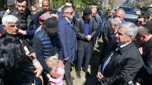 Рауль Хаджимба на встрече с митингующими жителями района Маяк - Sputnik Абхазия