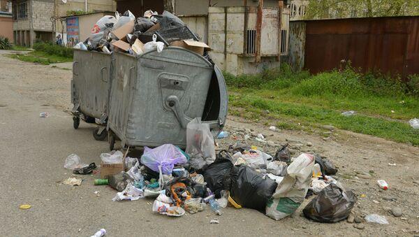 Переполненные мусорные баки на улицах города  - Sputnik Абхазия