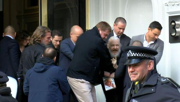 Кадры задержания Джулиана Ассанжа у посольства Эквадора в Лондоне - Sputnik Абхазия