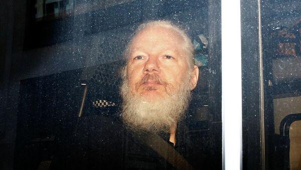 Основатель WikiLeaks Джулиан Ассанж в полицейском фургоне после задержания в Лондоне. 11 апреля 2019 - Sputnik Абхазия