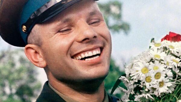 Летчик-космонавт СССР Юрий Гагарин с букетом ромашек - Sputnik Абхазия
