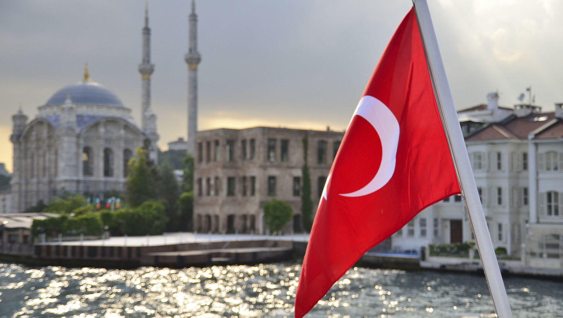 Турецкий флаг на фоне стамбульского пейзажа - Sputnik Абхазия, 1920, 18.09.2021