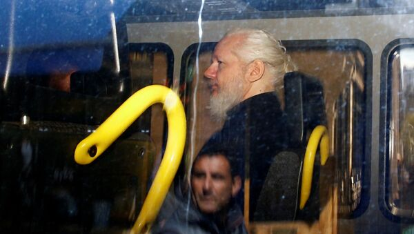 Основатель WikiLeaks Джулиан Ассанж в полицейском фургоне после того, как британская полиция арестовала его в посольстве Эквадора в Лондоне - Sputnik Абхазия