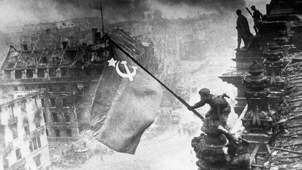 Великая Отечественная война 1941-1945 года. Знамя Победы на здании Рейхстага в Берлине. - Sputnik Абхазия