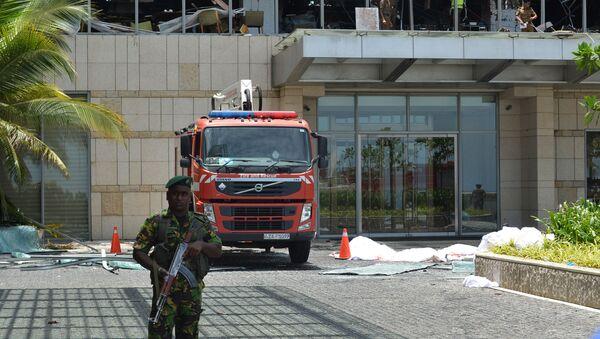 Полиция у гостиницы после серии взрывов на Шри-Ланке  - Sputnik Абхазия