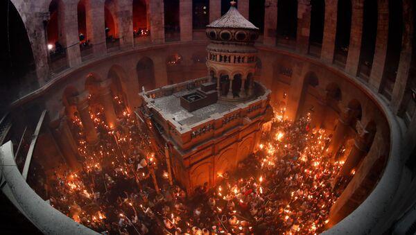 Верующие празднуют схождение Благодатного огня в храме Гроба Господня В Иерусалиме - Sputnik Абхазия