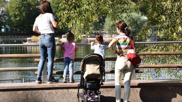 Женщины с детьми в Московском зоопарке - Sputnik Аҧсны