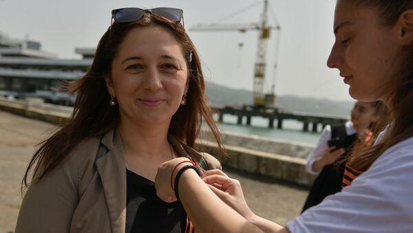 Раздача Георгиевских ленточек Sputnik  - Sputnik Абхазия