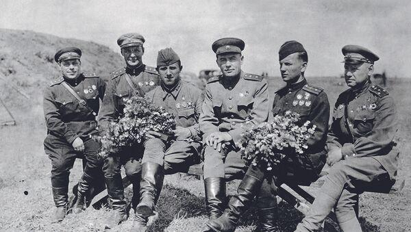 Генерал-лейтенант К.А. Вершинин с боевыми товарищами — воздушными асами Великой Отечественной войны. - Sputnik Аҧсны