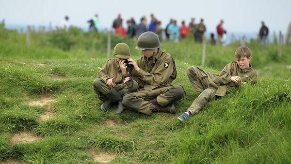 Дети в солдатской форме в Криквиль-ан-Бессен в Нормандии  - Sputnik Абхазия