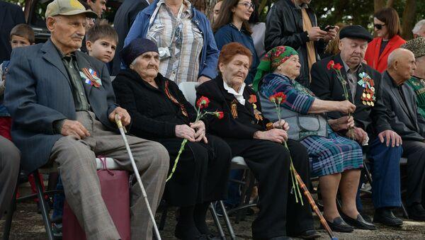 Ветераны ВОВ во время празднования Дня Победы у памятника Неизвестному солдату, 9 мая 2019 - Sputnik Абхазия