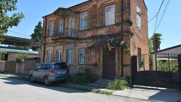 Дом фазиля Искандера по улице 4 марта - Sputnik Абхазия