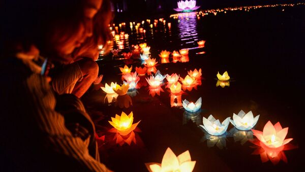 Буддисты во время церемонии празднования дня Весак во Вьетнаме - Sputnik Абхазия