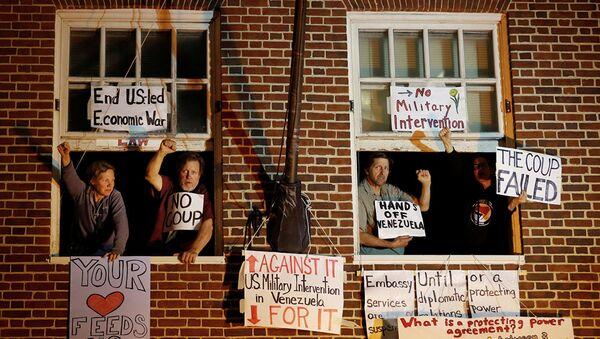 Сторонники президента Венесуэлы Николаса Мадуро в окнах здания посольства Венесуэлы в Вашингтоне - Sputnik Абхазия