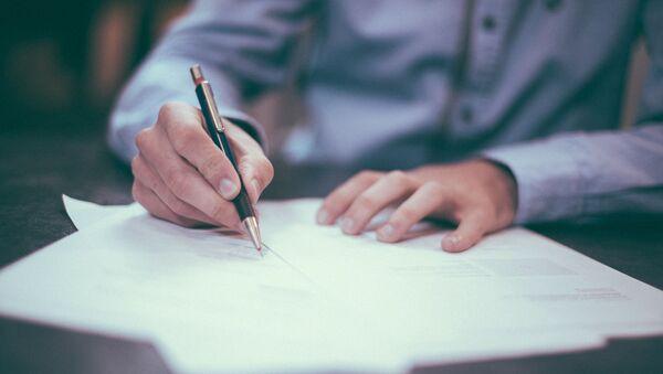 Человек подписывает документ - Sputnik Абхазия
