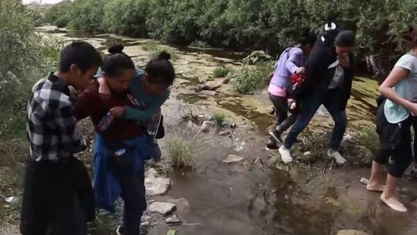 Мигранты из Мексики рискуют жизнью, пытаясь попасть в США - Sputnik Абхазия
