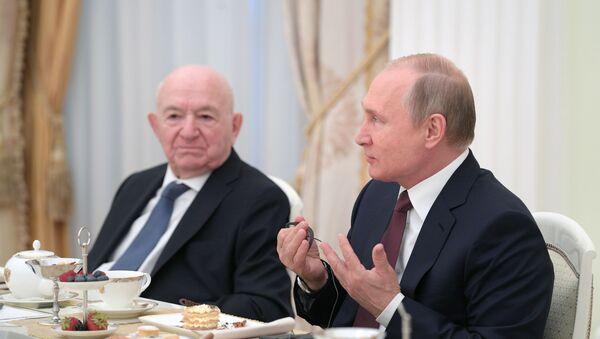 Президент РФ В. Путин встретился с легендами мирового футбола - Sputnik Абхазия
