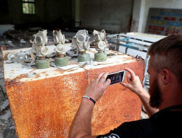 Фотографирование газовых масок у Чернобыльской АЭС  - Sputnik Абхазия