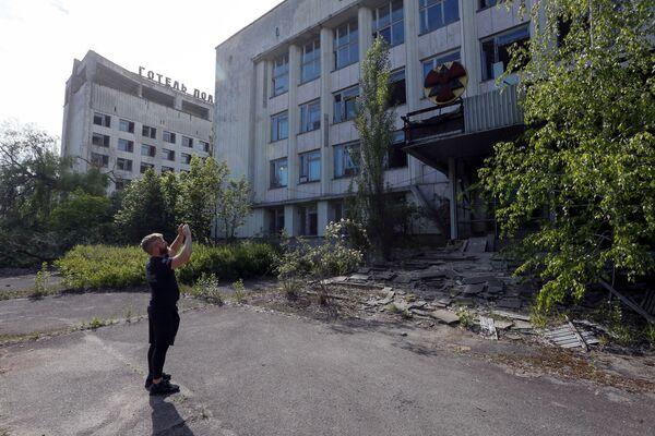 Фотографирование здания в Припяти  - Sputnik Абхазия