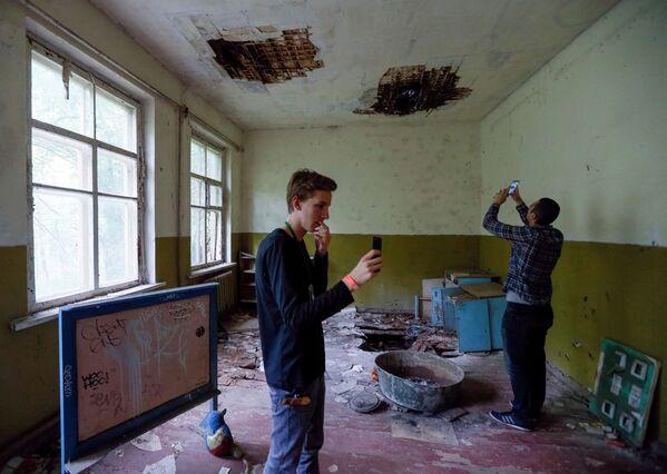 Туристы в детском саду у Чернобыльской АЭС  - Sputnik Абхазия