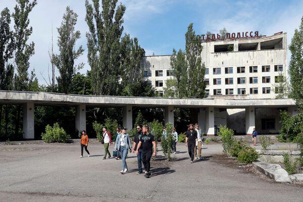 Туристы в заброшенном городе Припять  - Sputnik Абхазия