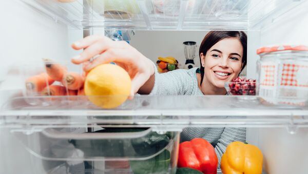Девушка достает еду из холодильника - Sputnik Абхазия
