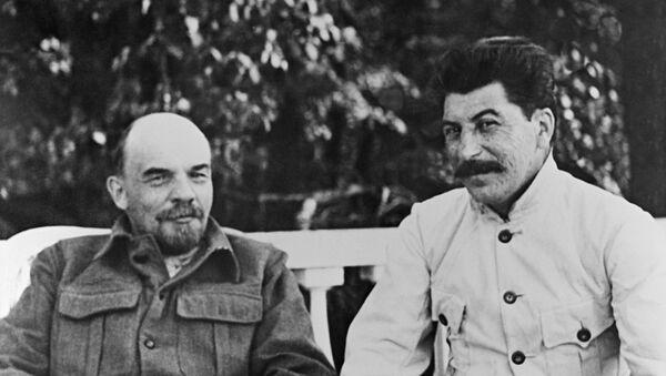 Владимир Ильич Ленин и Иосиф Виссарионович Сталин (справа) в Горках. - Sputnik Абхазия