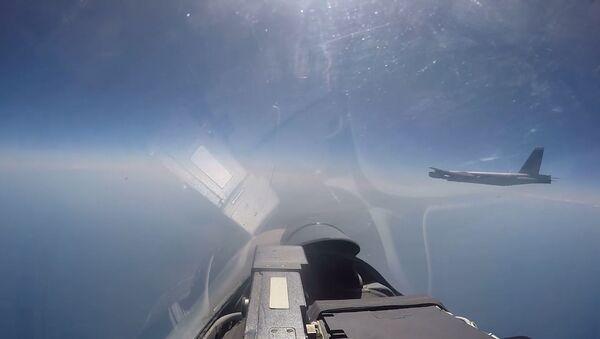 Перехват стратегического бомбардировщика ВВС США В 52Н российским Су 27 - Sputnik Абхазия