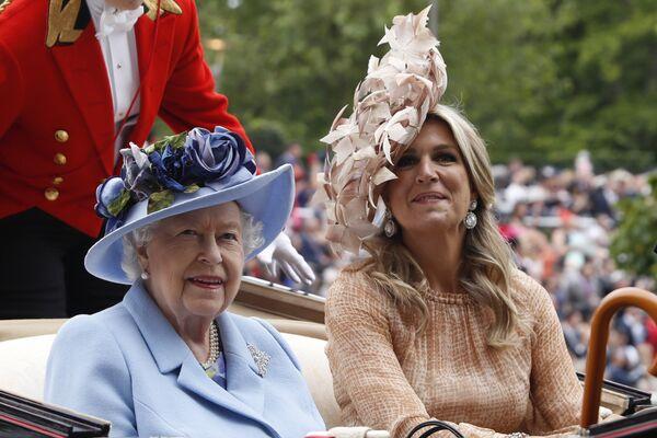 Королева Великобритании Елизавета II и королева Нидерландов Максима прибывают на скачки Royal Ascot  - Sputnik Абхазия