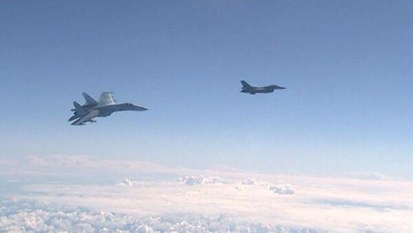 Истребитель НАТО F-16 и российский истребитель Су-27 над водами Балтики - Sputnik Абхазия