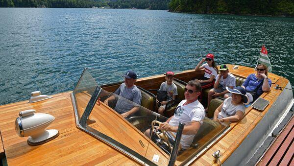 Туристы на озере Рица - Sputnik Абхазия