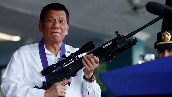 Президент Филиппин Родриго Дутерте с винтовкой Галиль - Sputnik Абхазия