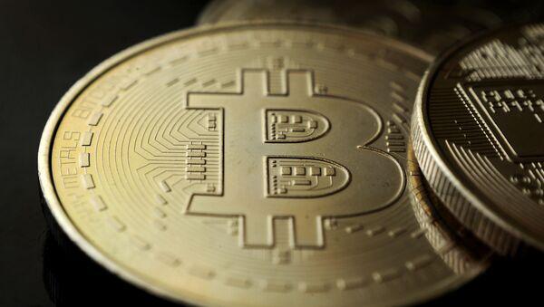 Сувенирная монета криптовалюты биткойн - Sputnik Абхазия