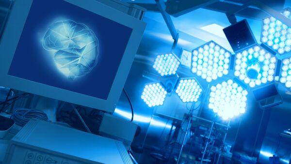 Изображение мозга на экране монитора в операционной - Sputnik Аҧсны