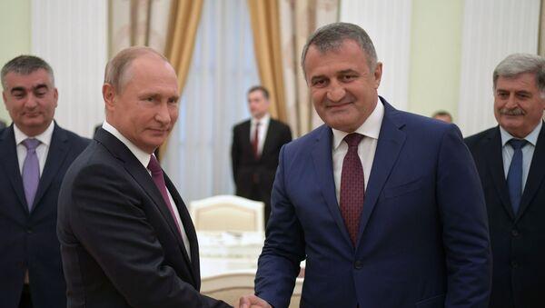 Президент РФ В. Путин встретился с президентом Республики Абхазия Р. Хаджимбой и президентом Республики Южная Осетия А. Бибиловым - Sputnik Абхазия