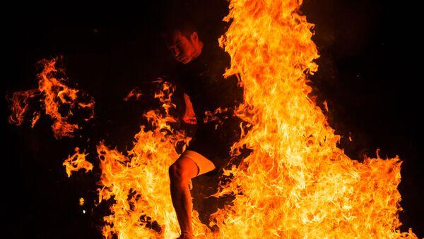 Мужчина прыгает через костер на праздновании Ночи святого Хуана в Испании - Sputnik Аҧсны