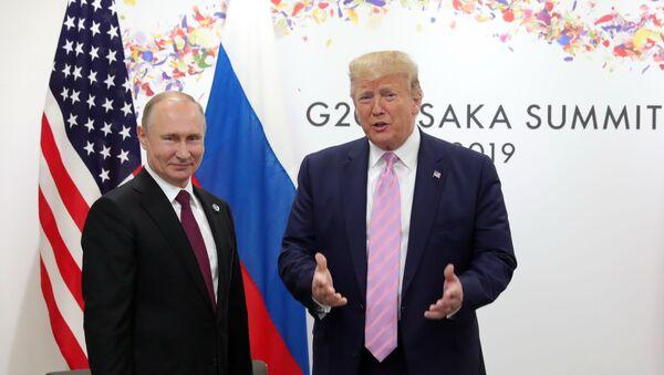 Президент РФ Владимир Путин и президент США Дональд Трамп (справа) во время беседы на полях саммита Группы двадцати в Осаке. - Sputnik Абхазия