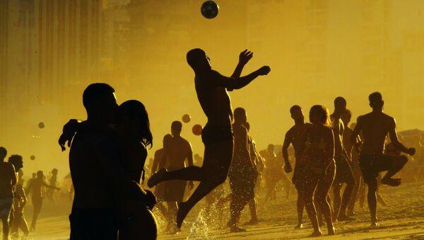 Отдыхающие играют в футбол на пляже Рио-де-Жанейро, Бразилия - Sputnik Абхазия