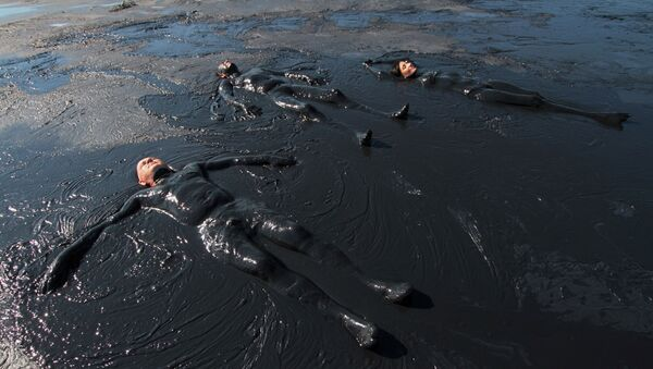 Отдыхающие принимают грязевые ванны - Sputnik Абхазия